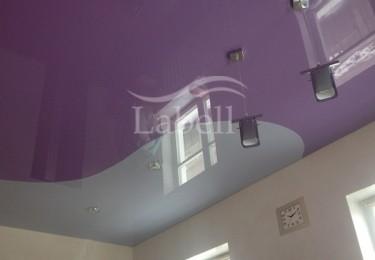 Натяжные потолки одноуровневые двухцветные