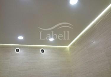 Одноуровневые натяжные потолки с подсветкой фото