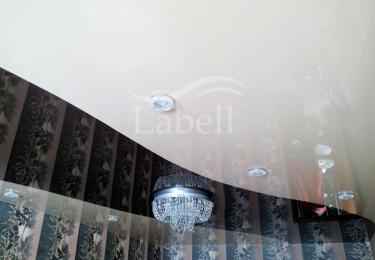 Одноуровневый двухцветный натяжной потолок